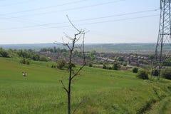 Sehen Sie unten auf Treeton-Dorf von der Spitze des Hügels an, der über Ackerland schaut Stockbilder