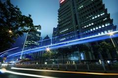 Sehen Sie Verkehr durch moderne Stadt nachts in Shanghai an Stockbild