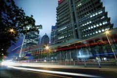 Sehen Sie Verkehr durch moderne Stadt nachts in Shanghai an Lizenzfreies Stockfoto