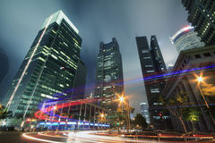 Sehen Sie Verkehr durch moderne Stadt nachts in Shanghai an Lizenzfreie Stockfotografie
