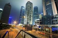 Sehen Sie Verkehr durch modernes Stadtbild nachts in Shanghai an Stockfotografie