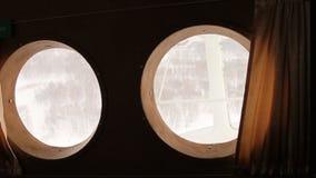 Sehen Sie vom Fenster das Flugzeug An-2 an stock footage