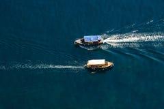 Sehen Sie von oben nach unten durch das Schiff des Passagiers zwei an, das vorbei überschreitet Stockfoto