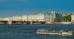 Sehen Sie Winter-Palast in St Petersburg vom Neva Fluss an Russland stock footage