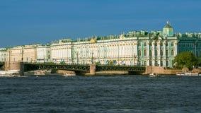 Sehen Sie Winter-Palast in St Petersburg vom Neva Fluss an Russland stock video