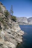 Sehen Sie zu den Bergen den See an Stockfoto