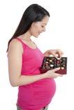 Sehnende Schokolade der schwangeren Frau Stockfotografie