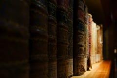 Sehr alte Bücher in der öffentlichen Bibliothek Stockfotos
