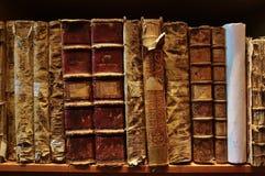 Sehr alte Bücher in der öffentlichen Bibliothek Lizenzfreies Stockfoto