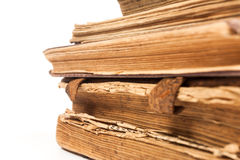 Sehr alte Bücher getrennt auf Weiß Stockbild