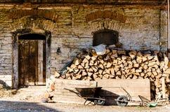 Sehr alte Backsteinmauer mit Holztür Lizenzfreie Stockfotos