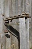Sehr alte Balancenskala mit Gewichten Stockfotos