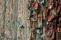 Sehr alte Farbe auf dem hölzernen Abschluss oben Stockbild