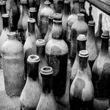 Sehr alte Flaschen in Schwarzweiss Stockfoto