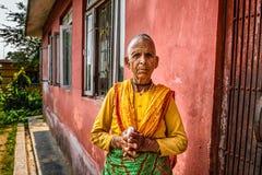 Sehr alte Frau begrüßt Besucher in einem lokalen Ruhesitz Lizenzfreie Stockfotos