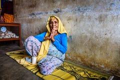 Sehr alte Frau begrüßt Besucher in einem lokalen Ruhesitz Stockfotografie