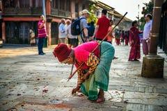 Sehr alte Frau mit einem Spazierstock in Bandipur Stockbild