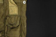Sehr alte grüne Militärtasche für Gasmaske auf schwarzer Hintergrund-Oberfläche mit freiem Raum Stockfotos