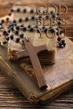 Sehr alte heilige Bibel und hölzernes Kreuz Lizenzfreie Stockfotografie
