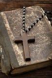 Sehr alte heilige Bibel und hölzernes Kreuz Stockfoto