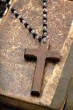 Sehr alte heilige Bibel und hölzernes Kreuz Lizenzfreie Stockfotos