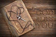 Sehr alte heilige Bibel- und Metallkreuzkette mit Ring Lizenzfreie Stockfotos
