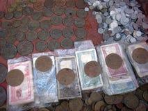Sehr alte indische Währung und Münzen Stockbilder