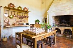 Sehr alte Küche mit Kamin Stockbilder