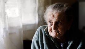Sehr alte müde Frau stockbild