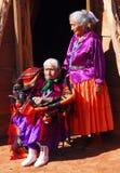 Sehr alte Navajofrau mit ihrer Tochter Lizenzfreie Stockfotos
