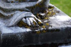 Sehr alte Statue in einem Kirchhof lizenzfreie stockbilder