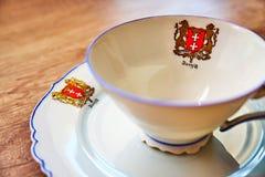 Sehr alte Weinleseschale mit einer Platte auf einem Holztisch, beide mit ` Danzig-` geschrieben auf es unter das Stadt ` s Wappen stockfotografie
