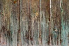 Sehr alter Bretterzaun, sobald gemaltes Grün, alte hölzerne Beschaffenheit lizenzfreies stockfoto