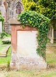 Sehr alter Grabstein mit grünen Blättern lizenzfreie stockfotografie