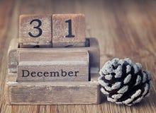 Sehr alter hölzerner Weinlesekalender, der das Datum von Weihnachten zeigt Stockbilder