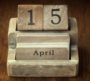 Sehr alter hölzerner Weinlesekalender, der dem Datum O am 15. April zeigt Lizenzfreie Stockfotografie