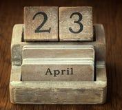 Sehr alter hölzerner Weinlesekalender, der dem Datum O am 23. April zeigt stockbilder