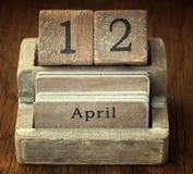 Sehr alter hölzerner Weinlesekalender, der dem Datum O am 12. April zeigt Lizenzfreie Stockfotografie