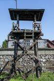 Sehr alter Wachturm im Konzentrationslager stockbild