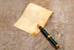 Sehr altes Papier mit einer Feder Lizenzfreies Stockbild