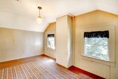 Sehr altes Schlafzimmer leer mit weißen Wänden. Lizenzfreies Stockbild