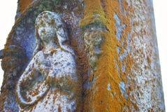Sehr altes statuein ein Kirchhof stockfotos