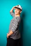 Sehr attraktives Modell des jungen Mannes kleidete wie ein Seemann - Studiotrieb an Lizenzfreies Stockfoto