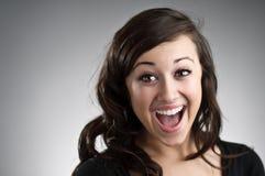 Sehr aufgeregte junge kaukasische Frau Lizenzfreie Stockfotos