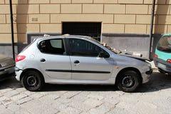 Sehr beschädigtes Fahrzeug, zusammengestoßen, geparkt Stockfotos
