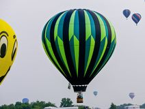 Sehr bunter Heißluft-Ballon stockbilder