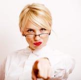 Sehr emotionale Geschäftsfrau in den Gläsern, blondes Haar auf weißem BAC Stockfoto