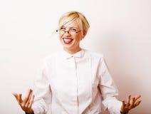 Sehr emotionale Geschäftsfrau in den Gläsern, blondes Haar auf weißem BAC Lizenzfreie Stockfotos