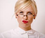 Sehr emotionale Geschäftsfrau in den Gläsern, blondes Haar auf weißem Hintergrund Lizenzfreies Stockbild