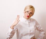 Sehr emotionale Geschäftsfrau in den Gläsern, blondes Haar auf weißem Hintergrund Stockfotografie